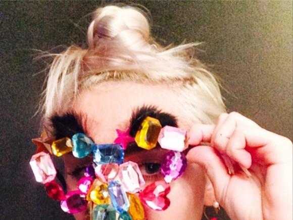 Miley-Cyrus-Coves-Up-On-Instagram-4-580x435