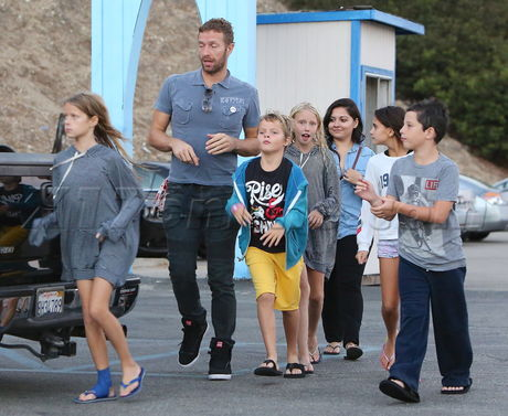 PREMIUM EXCLUSIVE Chris Martin treats his kids and their friends to dinner