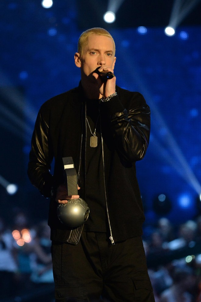 Eminem-looked-sleek-all-black-while-accepting-his-MTV-EMA-trophy