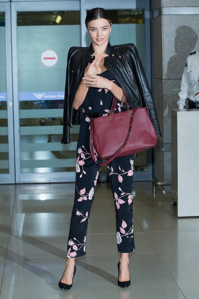 Miranda-Kerr-struck-runway-ready-pose-when-she-arrived-Incheon