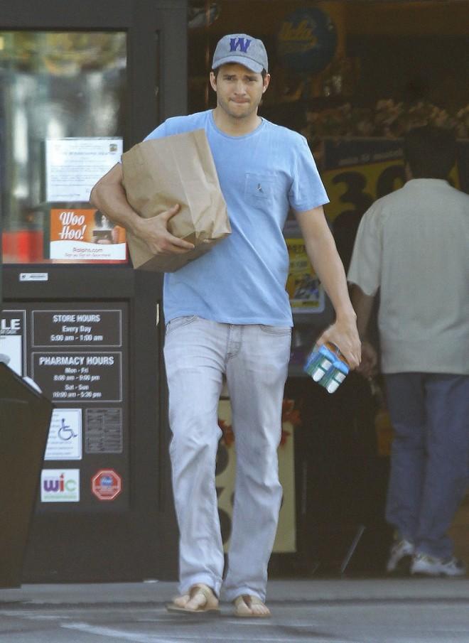 New-dad-Ashton-Kutcher-made-grocery-run-LA-Saturday