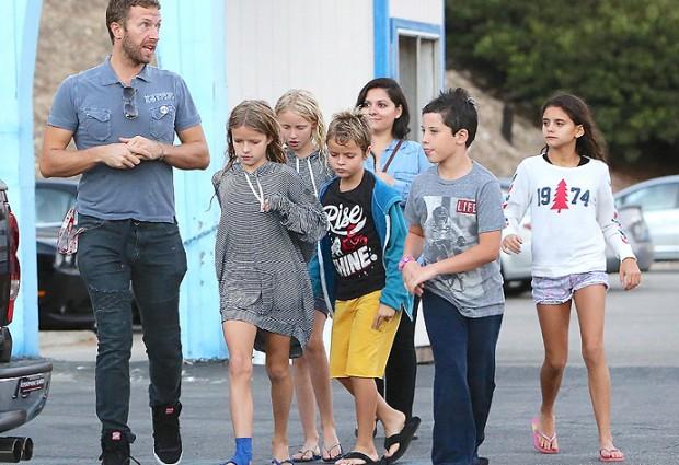 Ο Chris Martin … babysitter! Δείτε τον frontman των Coldplay περιτριγυρισμένο από παιδάκια!
