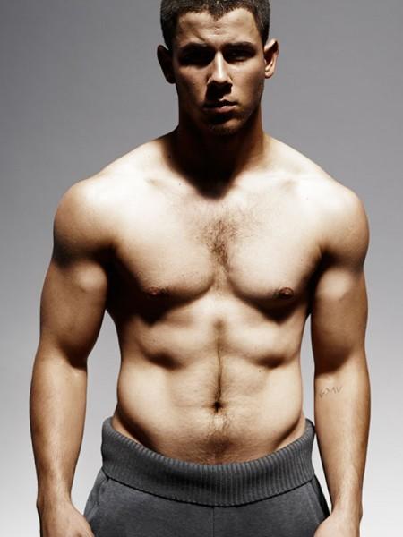 Αποκαλυπτικός και…topless ο Nick Jonas στη φωτογράφισή του για το περιοδικό Details