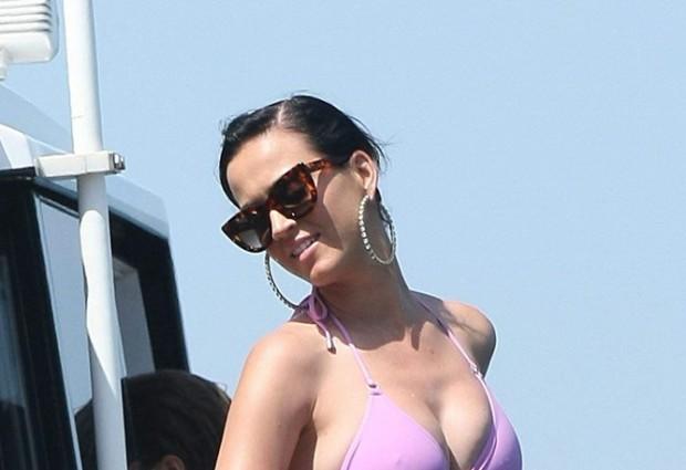 Πιο sexy από ποτέ η Katy Perry: Με ροζ μπικίνι σε πολυτελές σκάφος στο Σίδνεϊ!