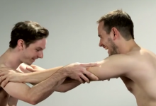 Το βίντεο που σαρώνει: Κολλητοί άνδρες βλέπουν για πρώτη φορά ο ένας τον άλλον ολόγυμνο! Πολύ γέλιο!