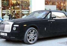 Η νέα τρέλα! Οι κροίσοι της Βρετανίας ντύνουν τα πανάκριβα αυτοκίνητα τους με βελούδο για να τα χαϊδεύουν οι περαστικοί