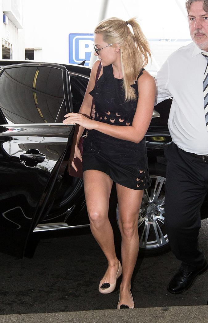 margot-robbie-leggy-in-shorts-sydney-domestic-airport-january-2015_2