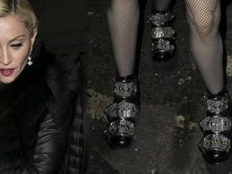 Μετά την…τούμπα, η Madonna τραβάει και πάλι τα βλέμματα με τα απίστευτα παπούτσια που φόρεσε σε πάρτι!