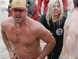 «Παγάκι» έγινε η Lady Gaga! Δείτε τη να βουτάει σε παγωμένη λίμνη μαζί με τον αρραβωνιαστικό της
