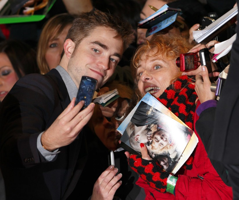 Robert-Pattinson-smiled-fan-November-2012-before-heading