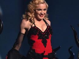 Δείτε τη Madonna να ερμηνεύει ζωντανά τα νέα της τραγούδια σε εκπομπή της γαλλικής τηλεόρασης!