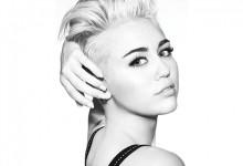 Η Miley Cyrus θέλησε να μας δείξει το νέο της κολιέ κι αποκάλυψε μαζί και το…στήθος της! Δείτε τη