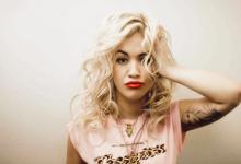 Τα πέταξε όλα πάλι η Rita Ora! Δείτε την με ένα see through φόρεμα
