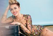 Τα πέταξε ξανά η Miley Cyrus! Δείτε τη σε προκλητικές πόζες μαζί με στενό της φίλο