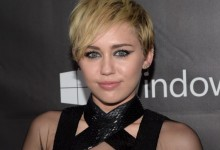 Το χάσε εντελώς: Η Miley Cyrus ποζάρει γυμνή…με αξύριστες μασχάλες!