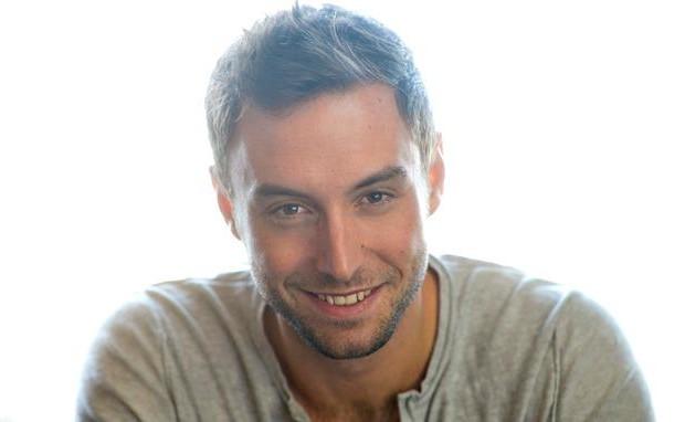 Mans Zemerlow αγαπάει πολύ την Ελλάδα: από σερβιτόρος σε μπαρ της Ρόδου, νικητής της Eurovision! Δείτε την ζωή του