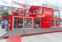 H Coca-Cola γιορτάζει  τα 100 χρόνια του διάσημου μπουκαλιού της και φέρνει το εντυπωσιακό Coca-Cola Pop-Up Store στην Ελλάδα!