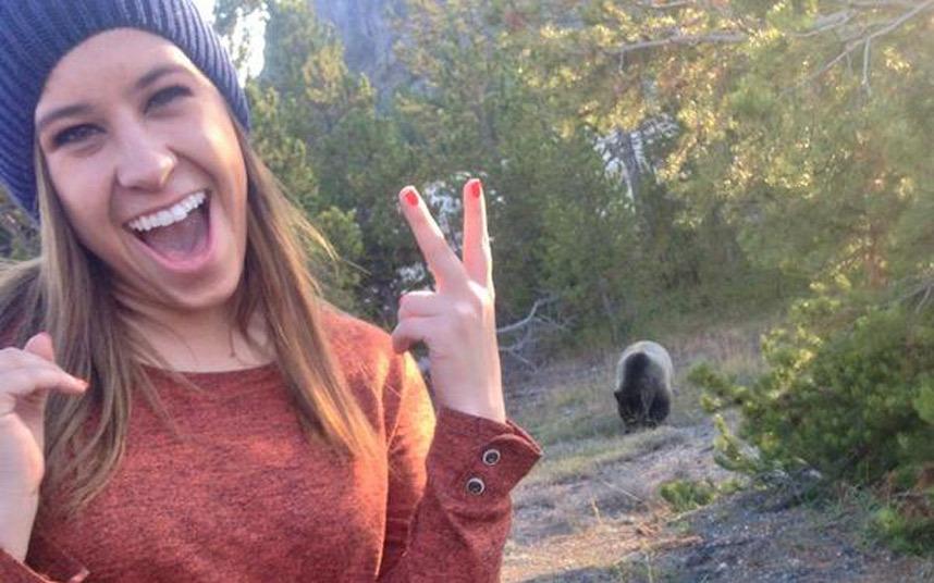 bear-selfie_3089273k
