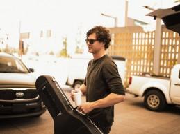 Ο Vance Joy μας κάνει βόλτα στα παρασκήνια της περιοδίας της Taylor Swift