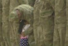 Kοριτσάκι σταματά επίσημη τελετή για να αγκαλιάσει τον πατέρα της που είχε να δει 9 μήνες!