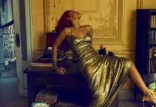 Η Rihanna ολόγυμνή στο κρεβάτι, φορώντας μόνο τις γόβες της