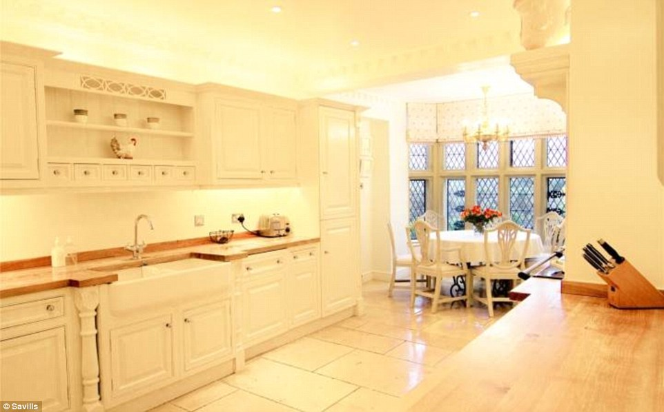 2D69B09900000578-3272667-Designer_kitchen_The_all_white_Clive_Christian_kitchen_is_perfec-a-60_1444847355487