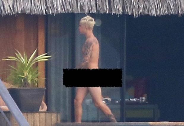 Ο Justin Bieber ο-λ-ό-γ-υ-μ-ν-ο-ς ! Δείτε τις παπαράτσι φωτογραφίες
