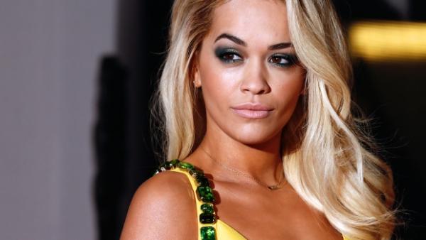 H Rita Ora μόνο με τα εσώρουχά !