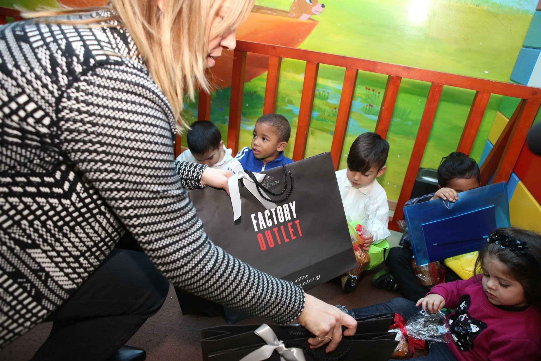 Τα στελέχη του Factory Outlet μοιράζουν δώρα στα παιδιά