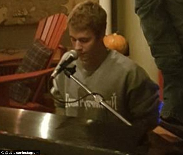 3A212F9200000578-3911600-Having_a_tinkle_Justin_Bieber_turned_pianist_as_he_performed_a_p-a-1_1478483239044