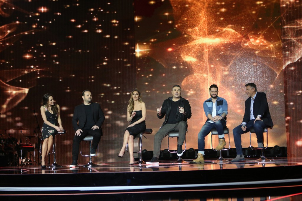 "H Καλομοίρα, ο Κώστας Μακεδόνας, η Δέσποινα Βανδή, ο Αντώνης Ρέμος, ο Χρήστος Μάστορας και ο Γιώργος Λιάγκας, παρουσιαστής του ""Rising Star"" κατά τη διάρκεια της συνέντευξης τύπου. στο πλατό του ""Rising Star"""