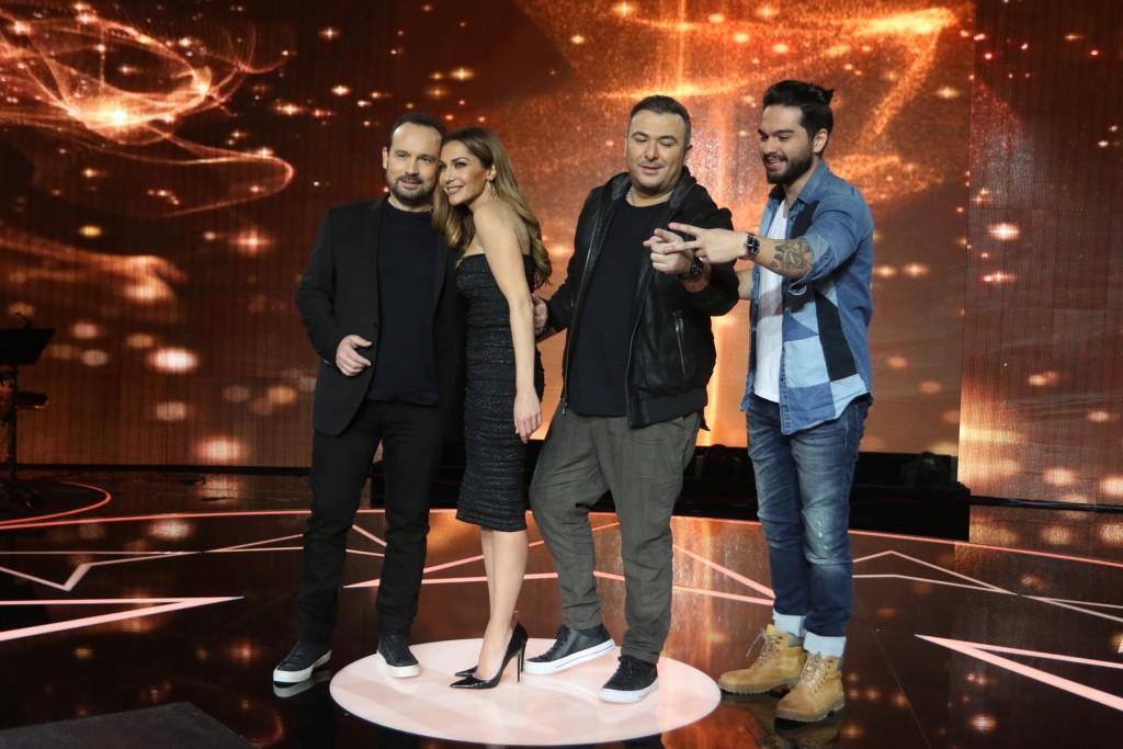 """Οι 4 κριτές, Κώστας Μακεδόνας, η Δέσποινα Βανδή, ο Αντώνης Ρέμος, ο Χρήστος Μάστορας, στο πλατό του """"Rising Star"""""""