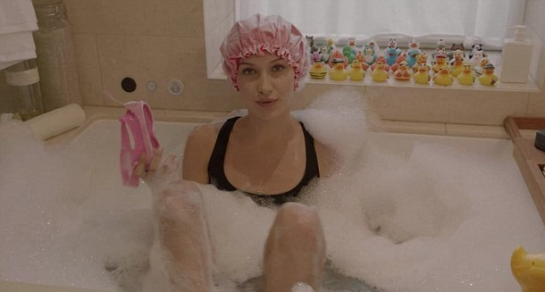 3C3E17EA00000578-4133094-She_also_set_up_a_bubble_bath_which_she_likes_to_do_to_unwind-a-20_1484767272734