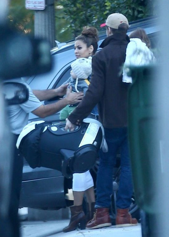 ryan-gosling-eva-mendes-baby-family-sighting-05-1484859890