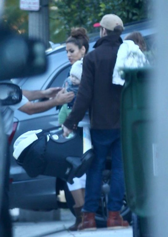 ryan-gosling-eva-mendes-baby-family-sighting-07-1484859894
