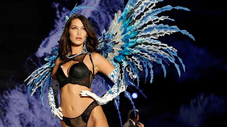 Bella Hadid στη πασαρέλα της Victoria's Secret
