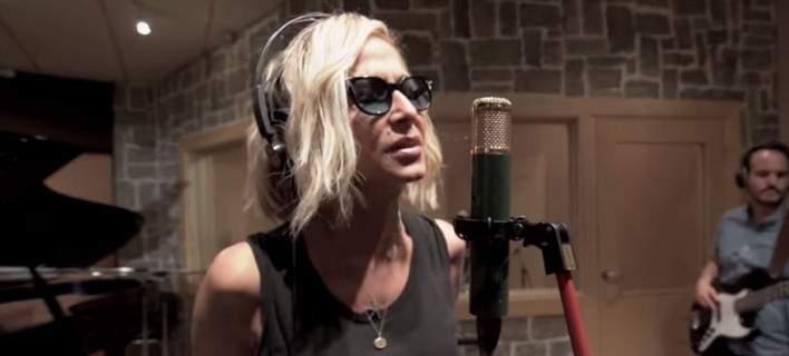 απάντηση της Άννας Βίσση για τα αρνητικά σχόλια που δέχτηκε το bisexual τραγούδι
