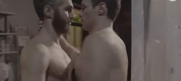 σκηνή με το φιλί των gay