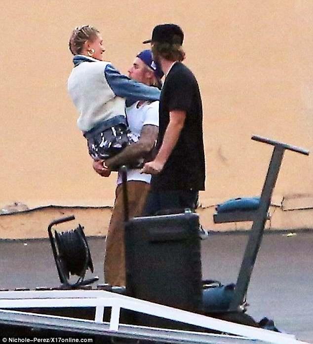 Justin Bieber κρατάει στα χέρια του την Hailey
