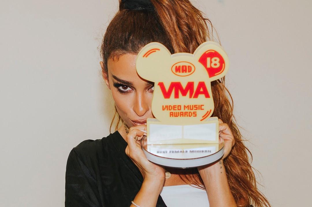 """Η Ελένη Φουρέιρα γλυκιά σαν """"Caramela"""" παρέλαβε το βραβείο της στα Mad Video Music Awards 2018 by Coca-Cola and McDonald's"""