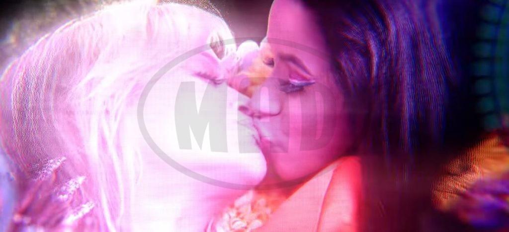 η Rita Ora φιλάει στο στόμα την Cardi B