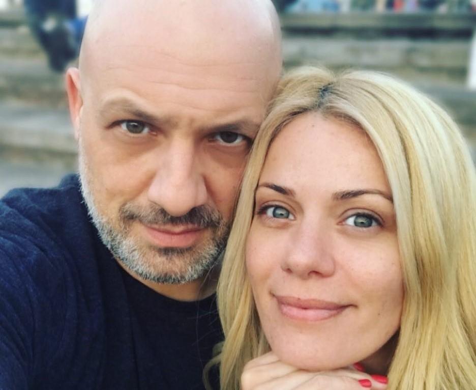 Νίκο Μουτσινά να βάφει τα μαλλιά της Ζέτας Μακρυπούλια