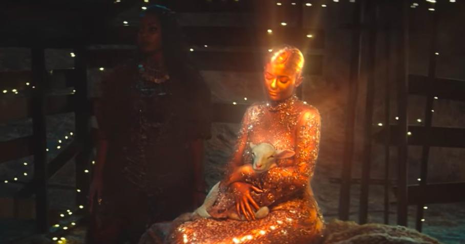 Kylie Jenner σε ρόλο Παναγίας