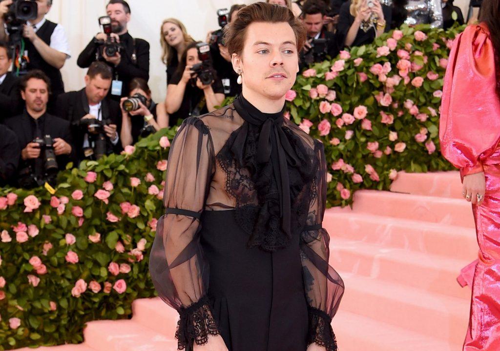 Ο Harry Styles κάνει τη διαφορά και ποζάρει με τακούνια στο Met Gala 2019!
