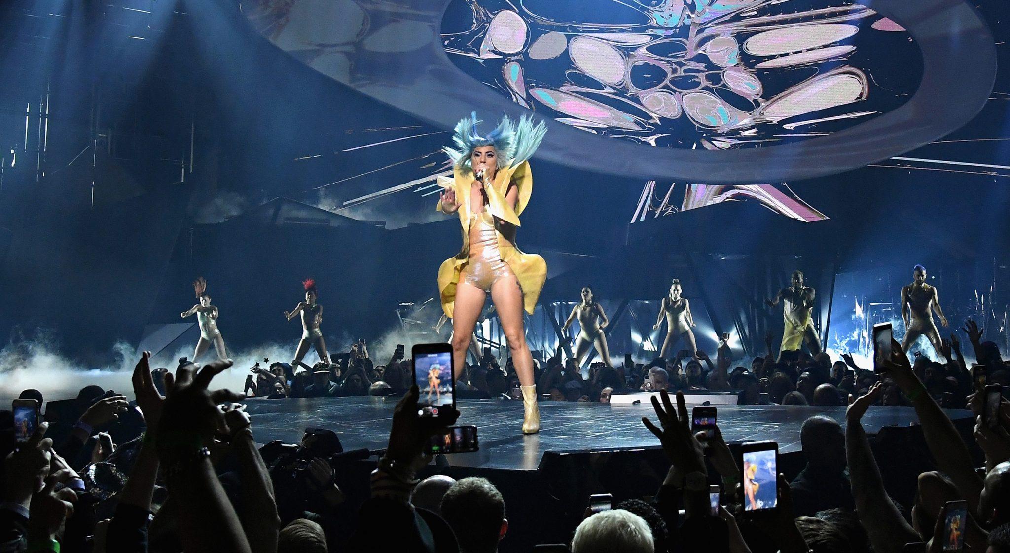 Lady Gaga πέφτει απο τη σκηνή