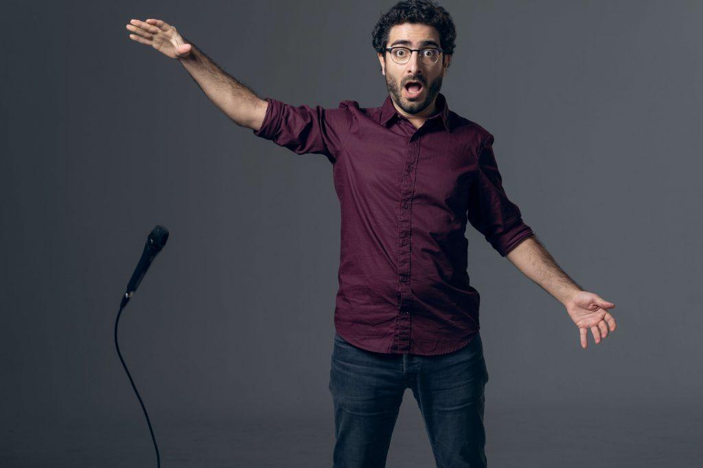 """Ο Λάμπρος Φισφής επιστρέφει με το stand-up comedy show """"Να το Φως"""" στο Premise Comedy Club"""