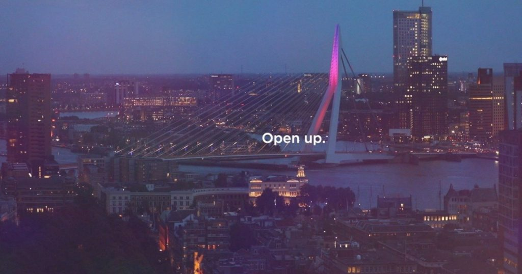 "H Eurovision 2020 μας καλεί να ""ανοιχτούμε"" στους συναθρώπους μας και τη μουσική"