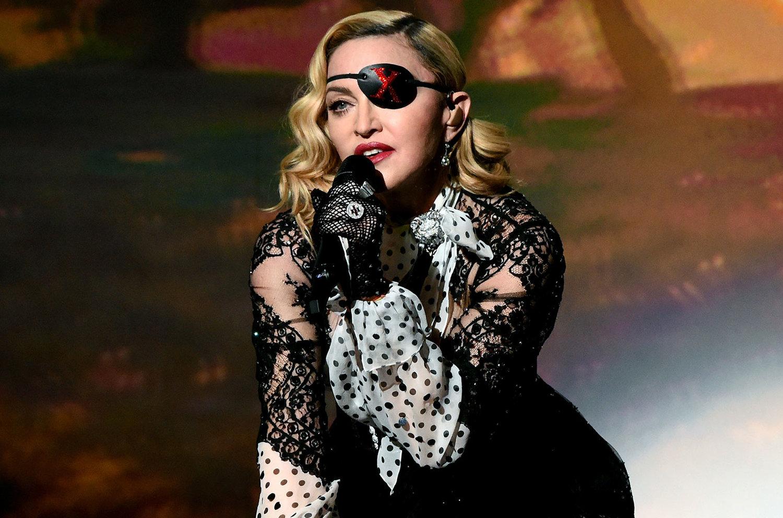 Η Madonna διέκοψε τη συναυλία της και άρχισε να πίνει μπύρα με τον Lil Nas X