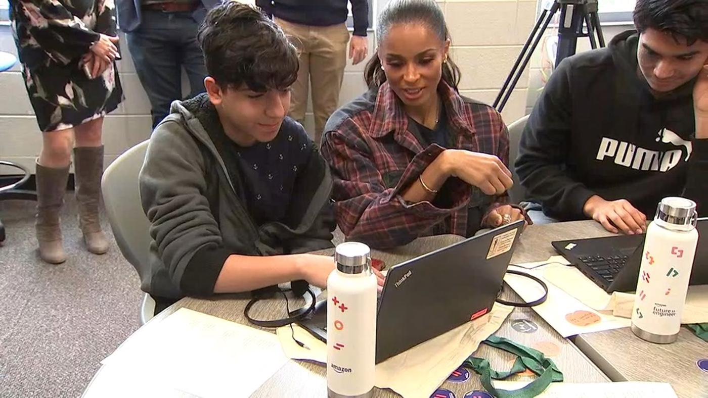 Η επίσκεψη - έκπληξη της Ciara σε μαθητές τεχνολογικού λυκείου