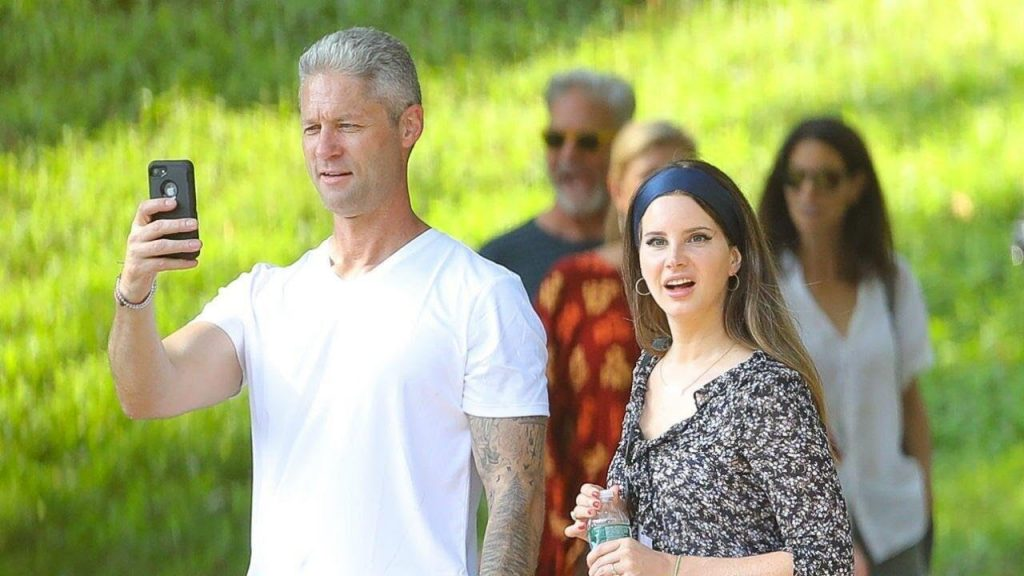 H Lana Del Rey μας συστήνει και επίσημα το σύντροφό της